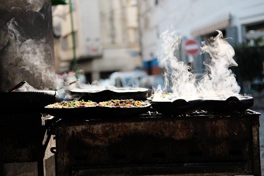 Pouliční stánek s jídlem v Marrákeši.
