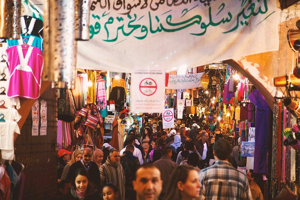 Lidé na trhu v Marrákeši.