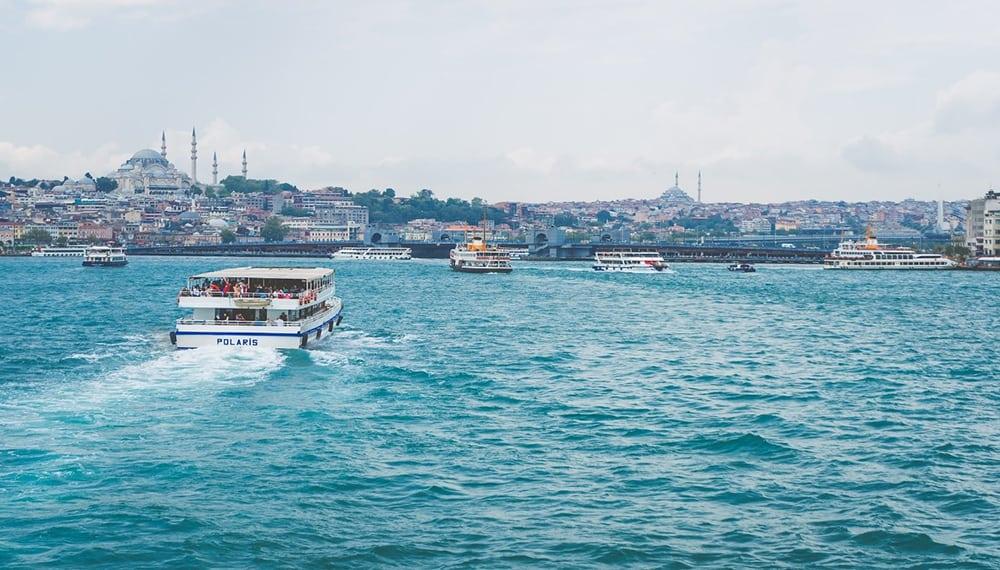 Výletní lodě na řece Bospor.