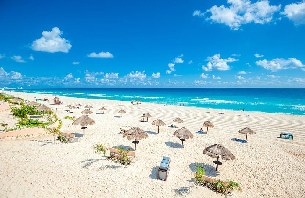 Pláž v Cancúnu.