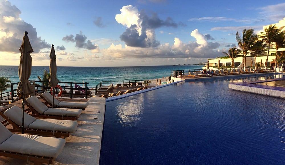 Hotelový resort s bazénem v Cancúnu.