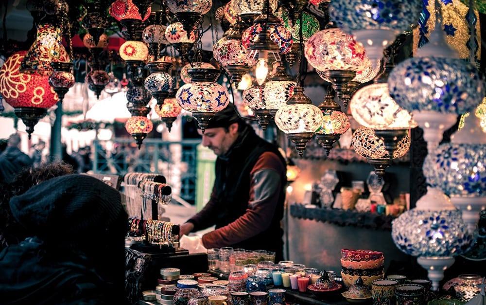 Prodejce lampiónů v Grand Bazaar.