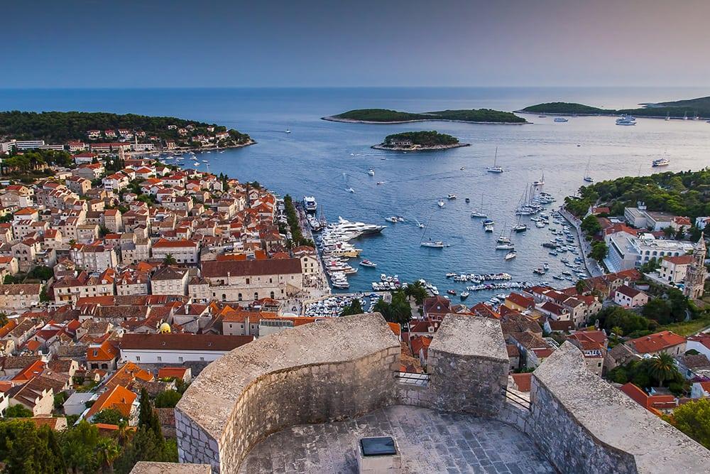 Historický přístav na ostrově Hvar.