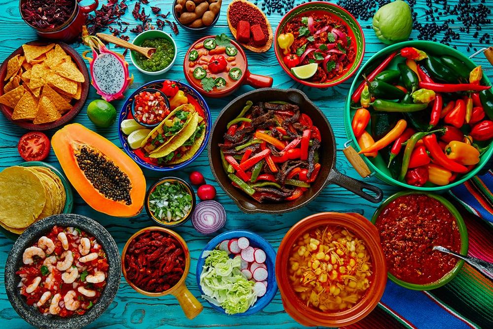 Mexické jídlo na stole.