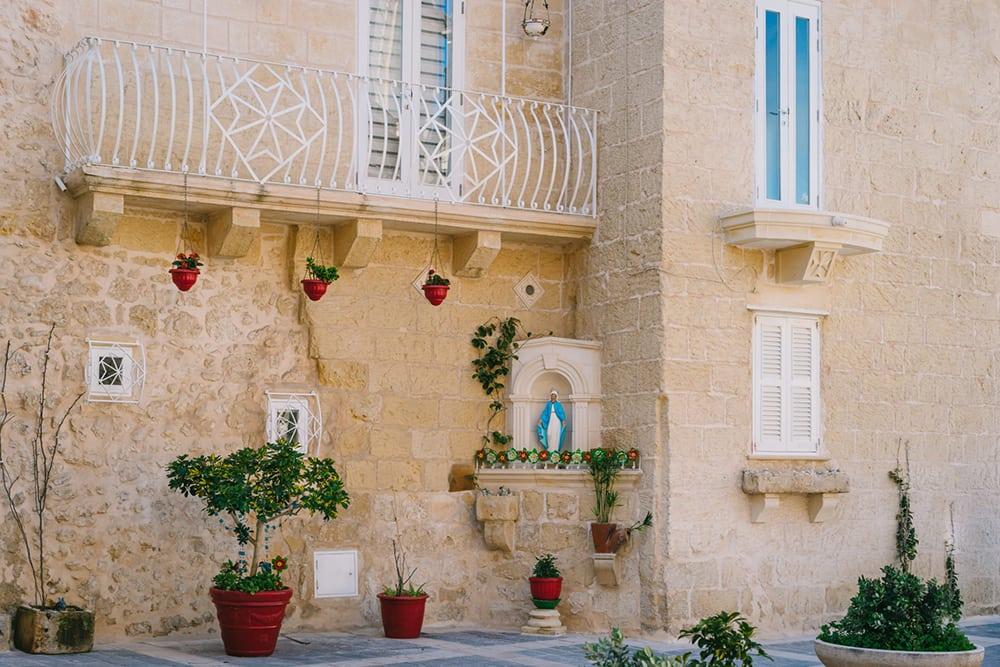 Maltský dům chráněný soškou Panny Marie.