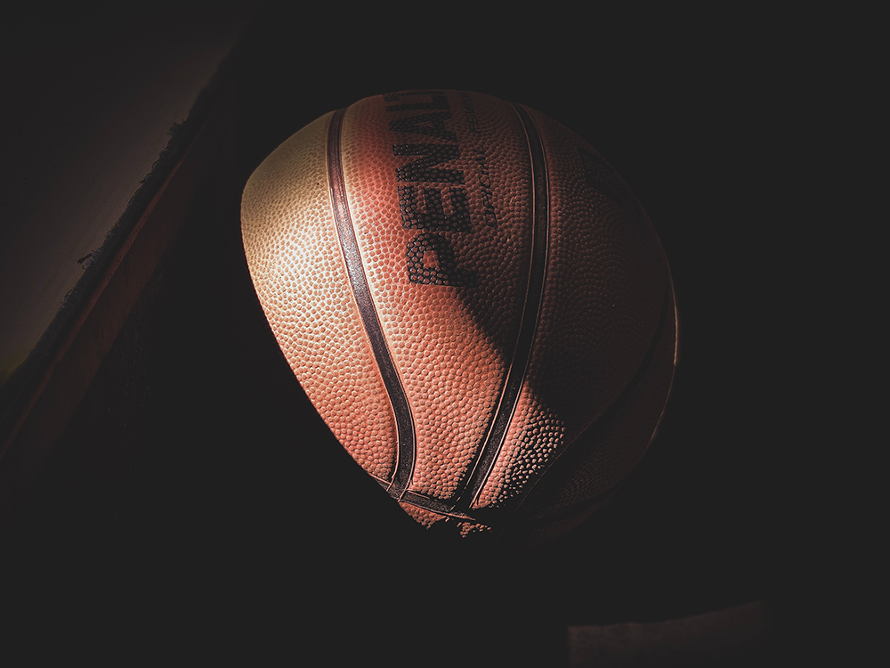 Basketbalový míč ve stínu.