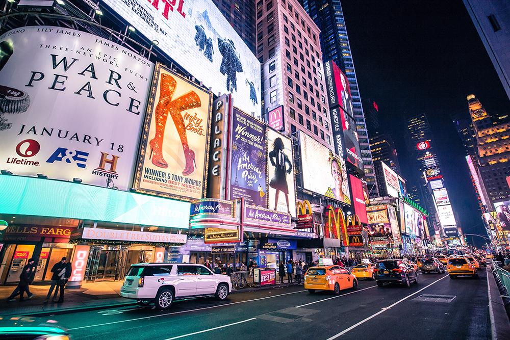 Osvětlená ulice Broadway v oblasti Theatre District.