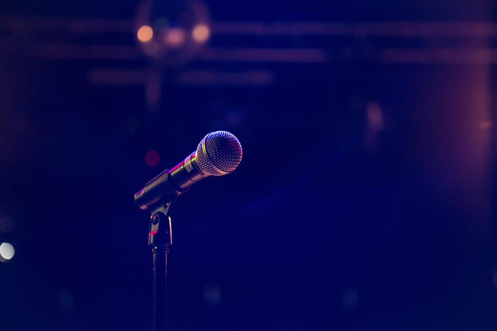 Mikrofon připravený na vystoupení v podniku.