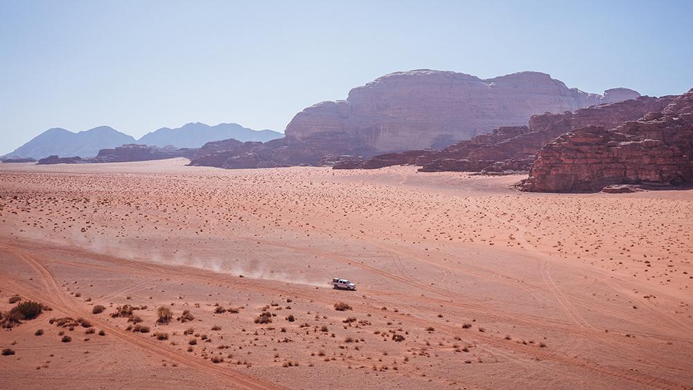 Jeep projíždějící Wadi Rum