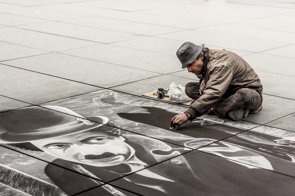 Pouliční umělec v Paříži