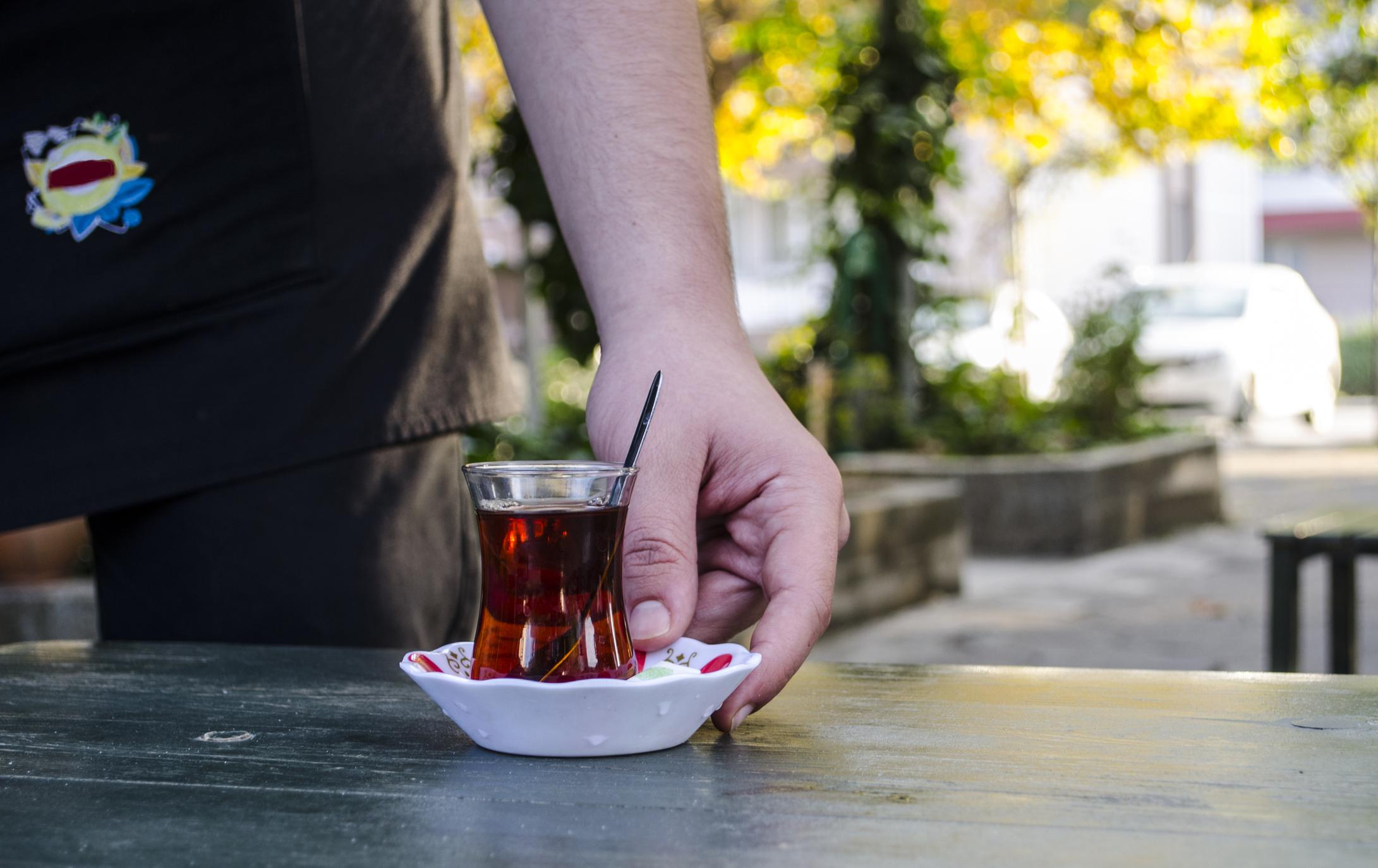 Servírování tureckého čaje