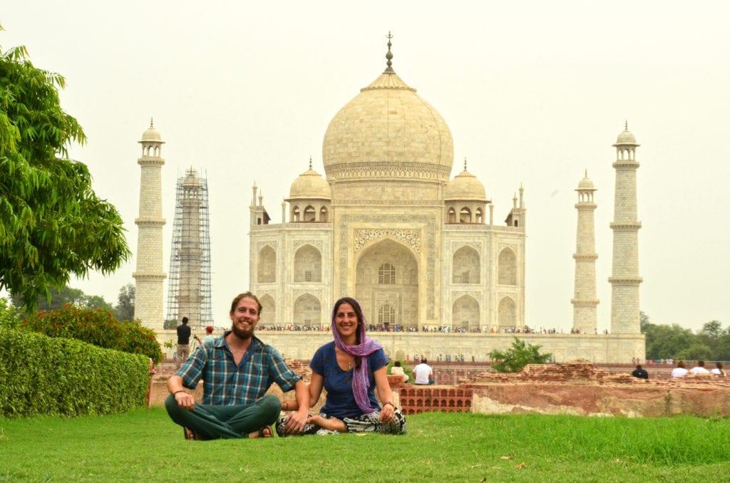 Klidnější druhá strana řeky s výhledem na Taj Mahal