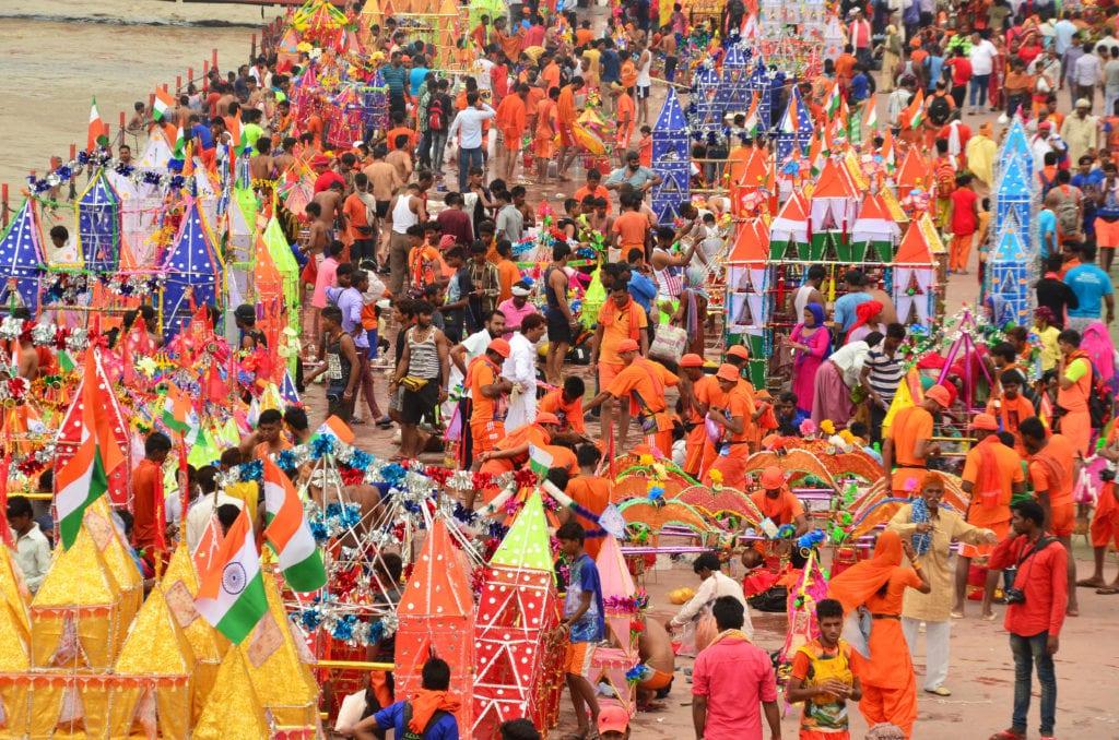 Hinduisté si chodí pro vodu z posvátné Gangy