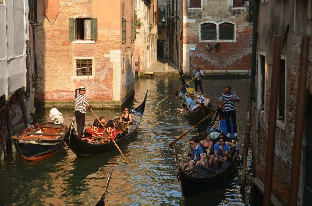 Gondoliéři si hledají cestu benátskými kanály