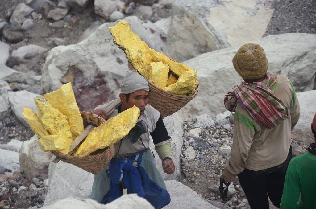 Těžba síry je jedna z nejtěžších prací na světě