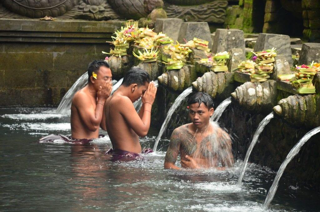 Posvátná voda v jednom s chrámů