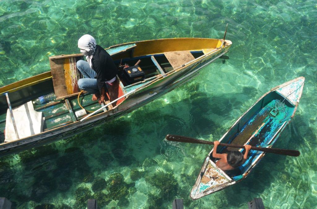 Průzračná voda ostrovů u Bornea