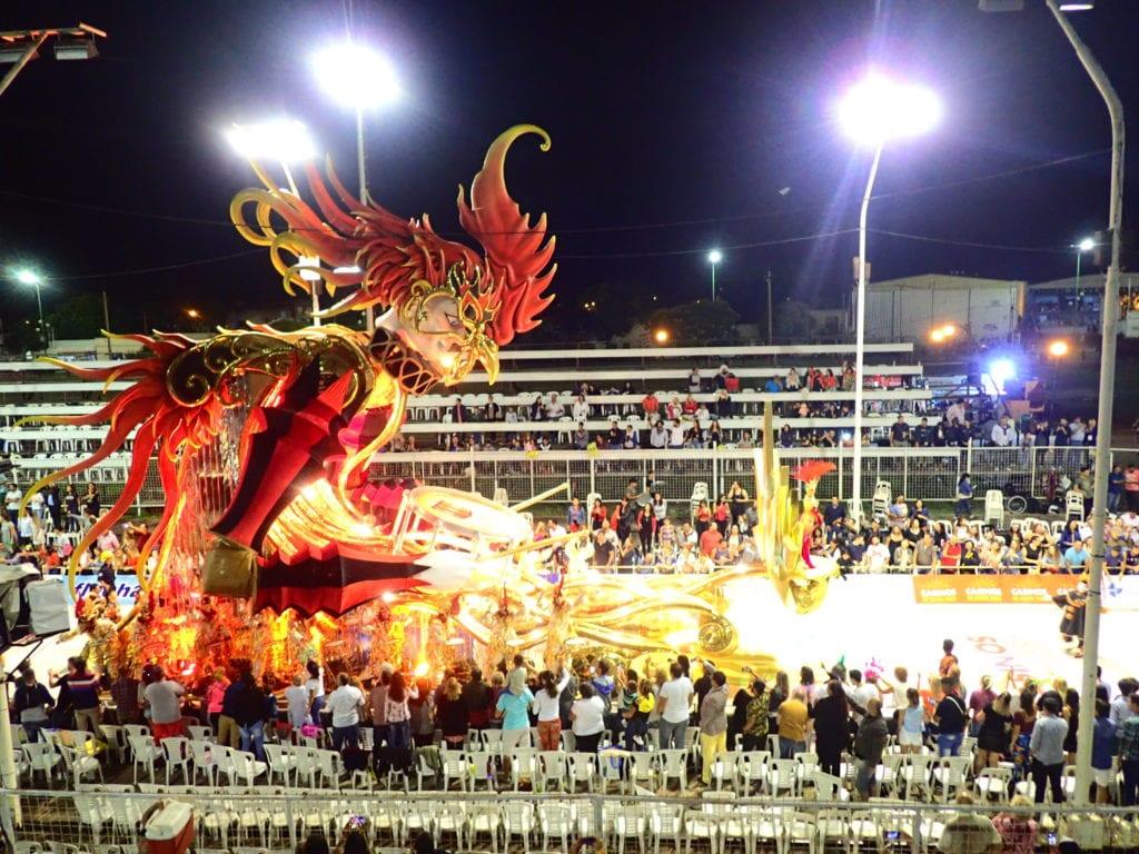 Obrovské karnevalové vozy v Gualeguaychú