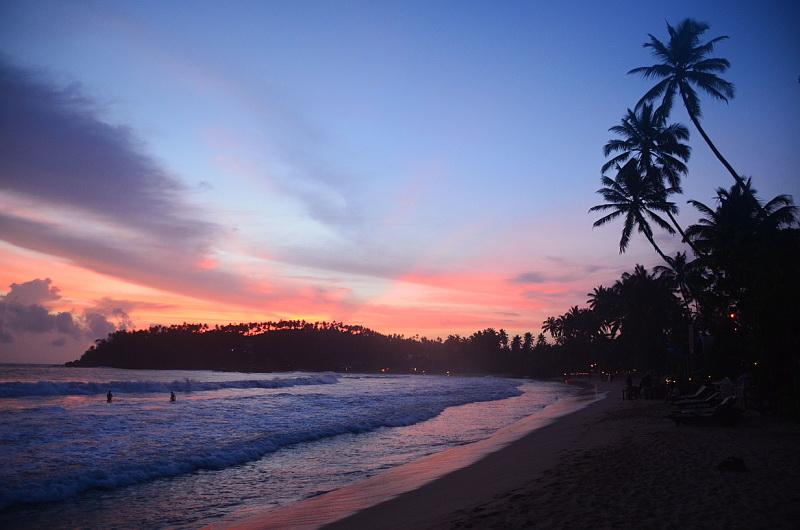 Západ slunce na pláži v Mirisse