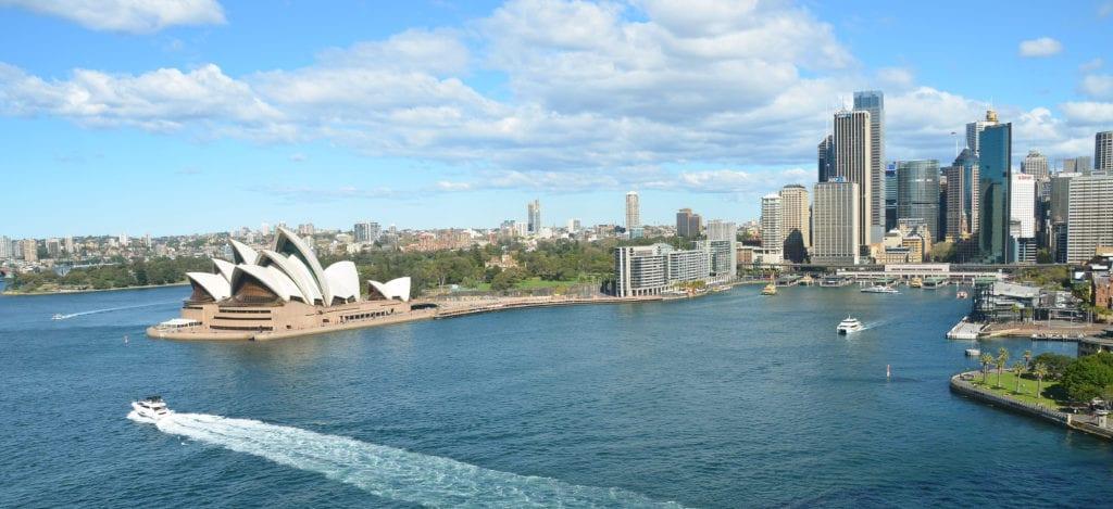 Pohled na Operu z mostu Harbour Bridge