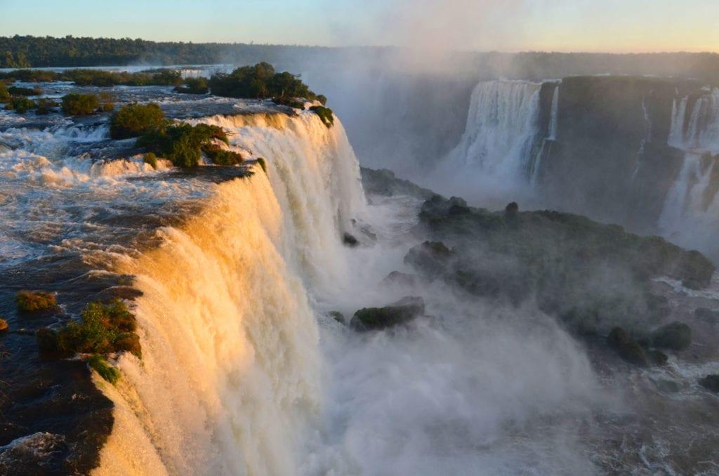 Západ slunce u vodopádů Iguazu