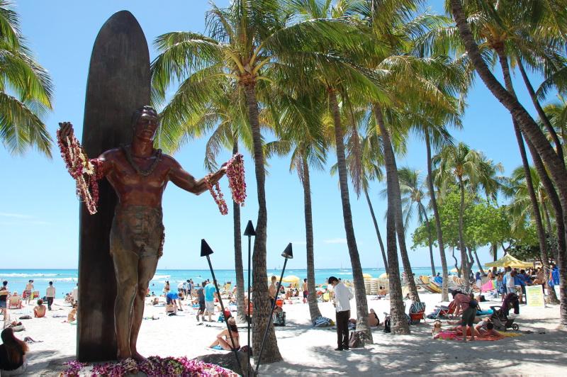 Surfařský bůh Duke Kahanamoku na pláži Waikiki