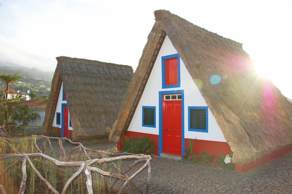 Dalším symbolem Madeiry jsou barevné domky palheiros v Santaně.