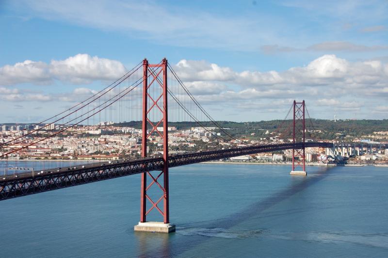 Hlavní město Lisabon a most Ponte 25 de Abril