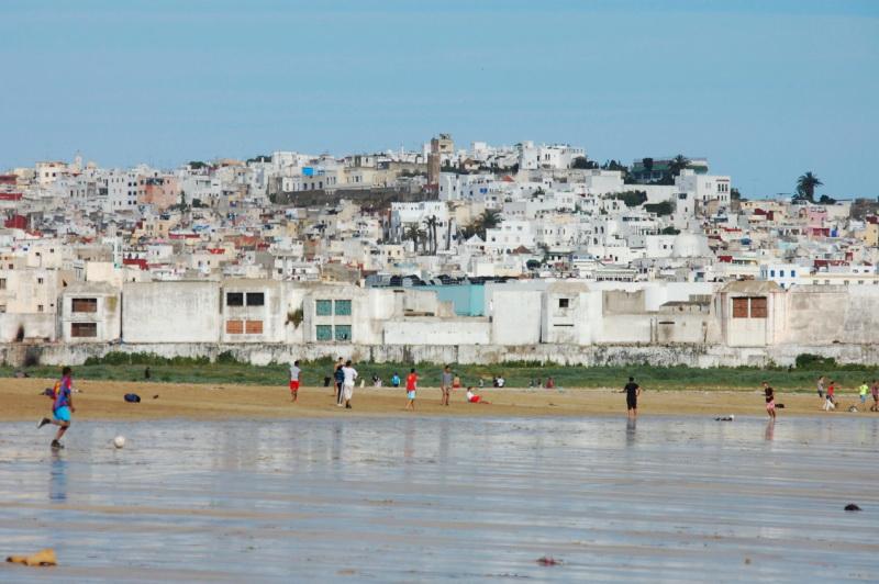 Místní kluci hrají fotbal na pláži v Tangeru