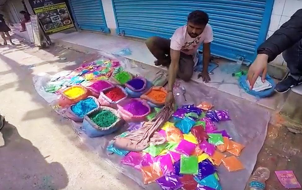 Prodejce barev během svátku Holi