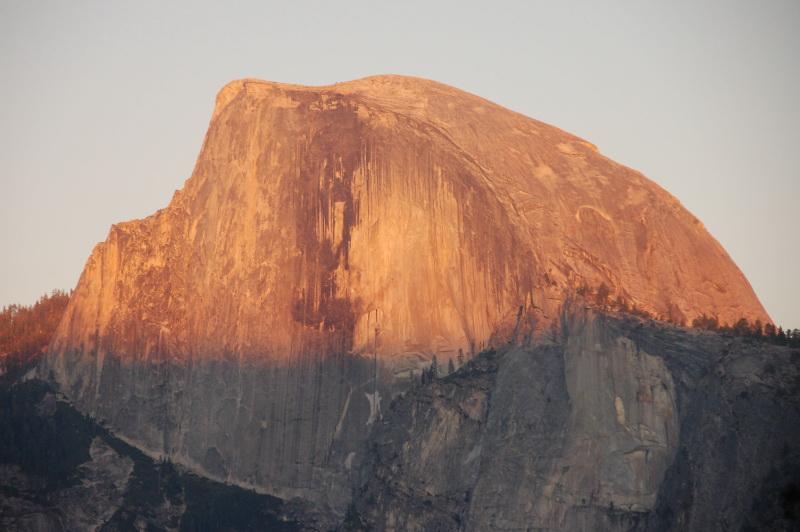 Západ slunce nad skálou Half Dome