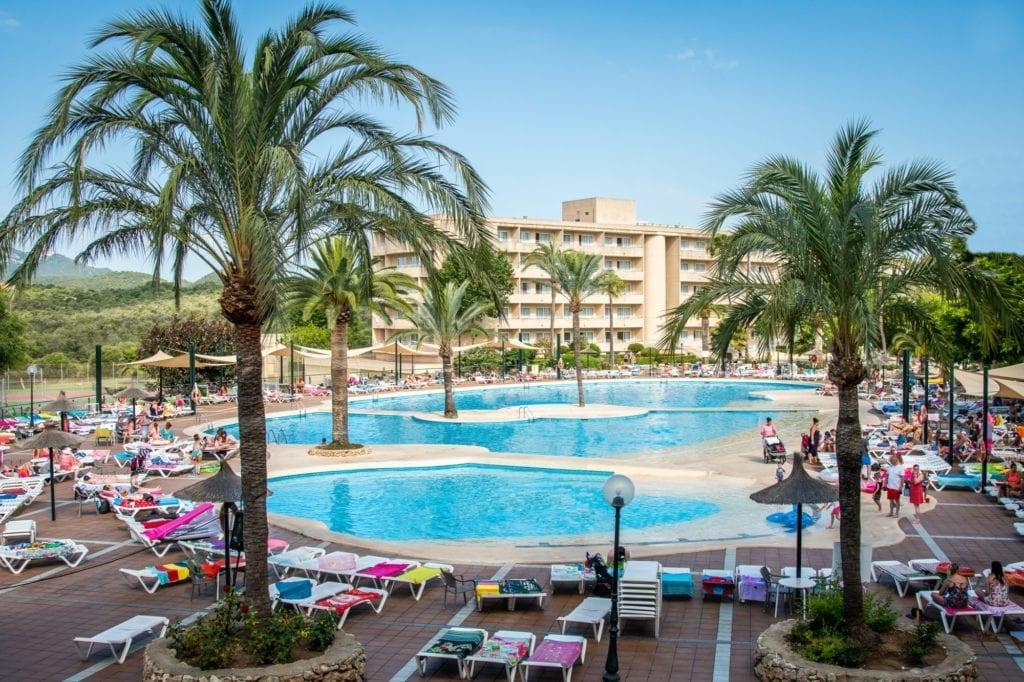 Bazén hotelu Cala Romani.