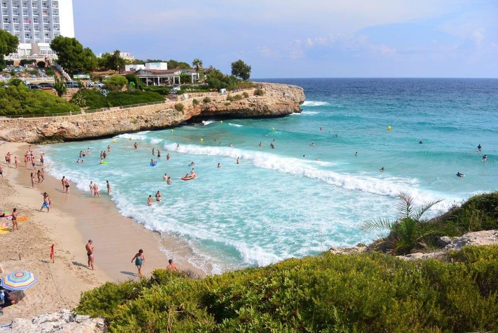 Pláž Cala Domingos na Mallorce.