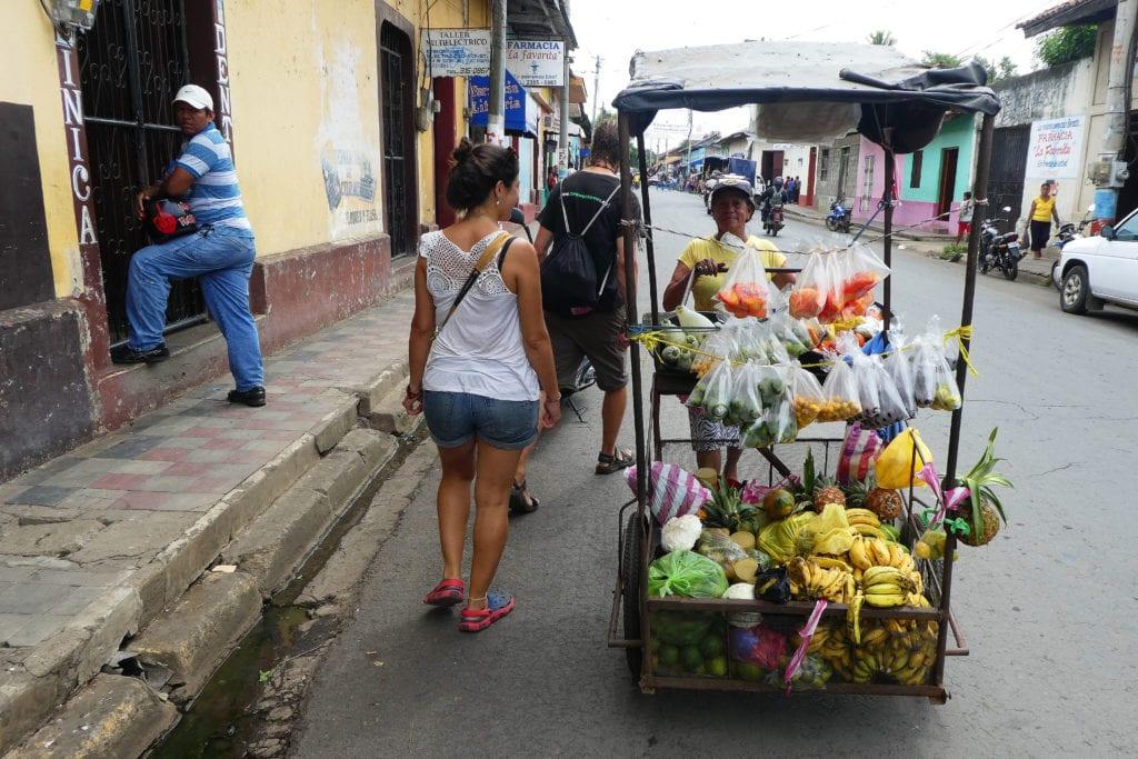 Na ulici si levně koupíš čerstvé exotické ovoce