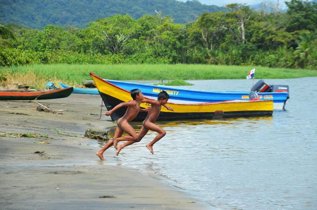 Děti si v panamských vesničkách stále hrají venku bez mobilů