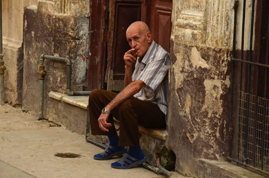 Místo internetu Kubánci raději posedávají venku a kouří
