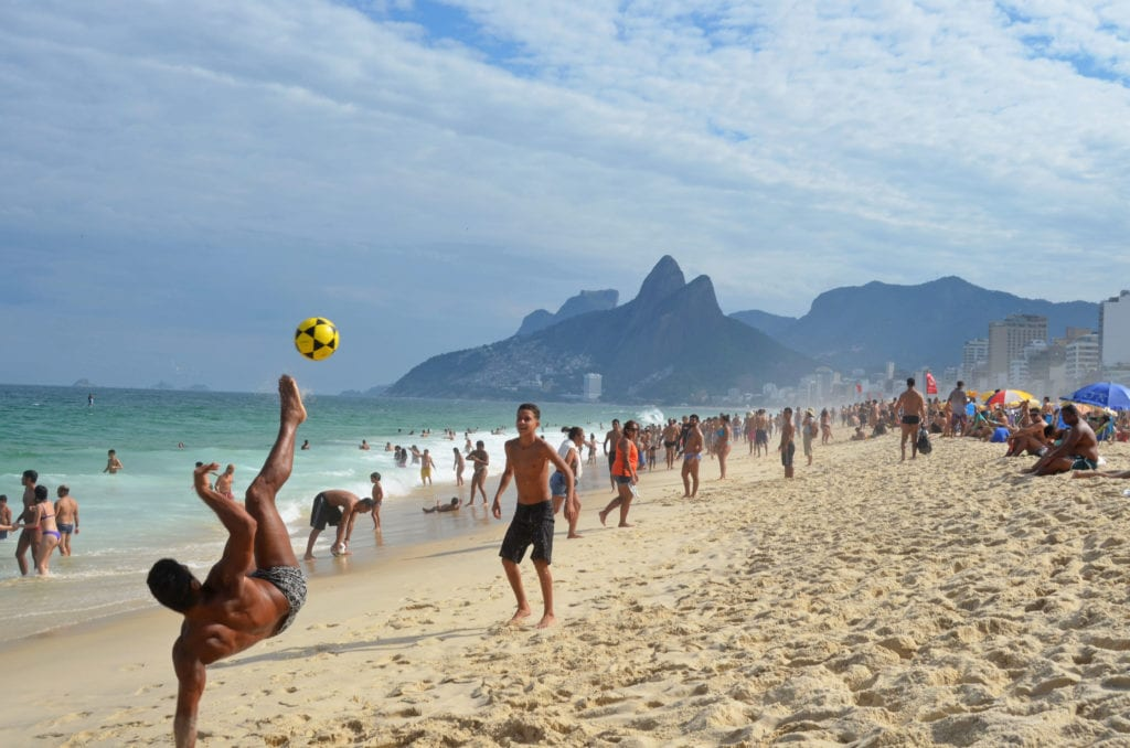 Triky Brazilců s míčem na pláži Ipanema