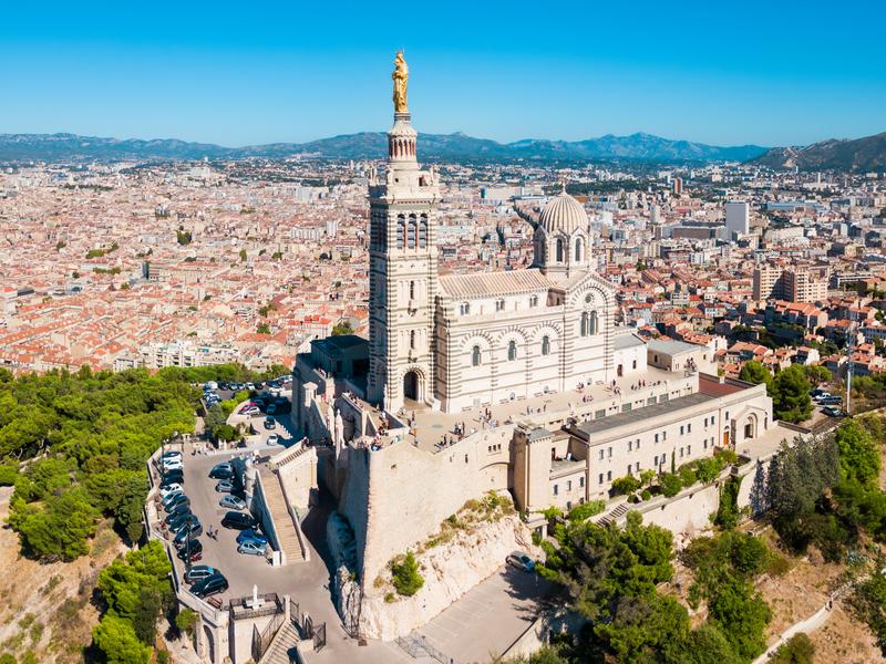 Azurové pobřeží a skvostná katedrála Notre Dame de la Garde v Marseille