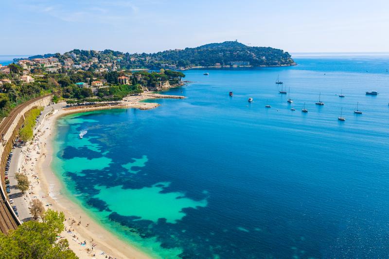 Azurové pobřeží má nádhernou barvu moře