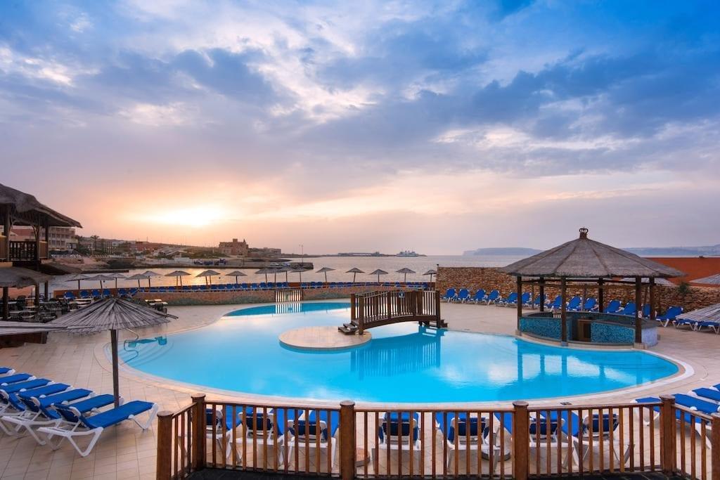 Bazén hotelu Ramla Bay Resort