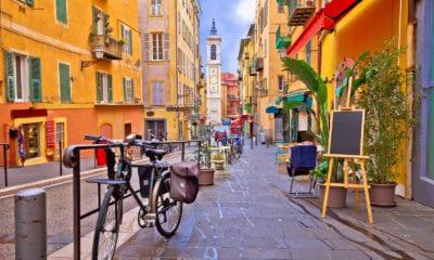 Barevná ulice ve městě Nice.