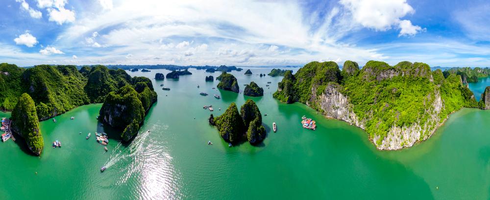 Ha Long Bay lze navštívit i levně