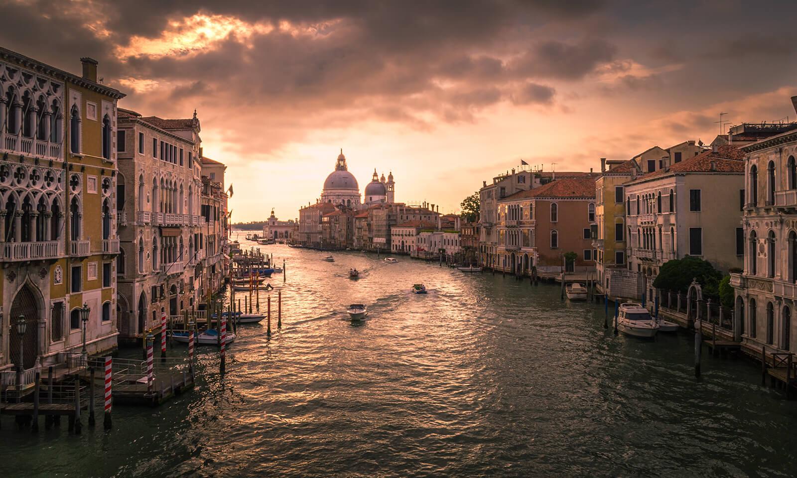 Benátky za svítání.