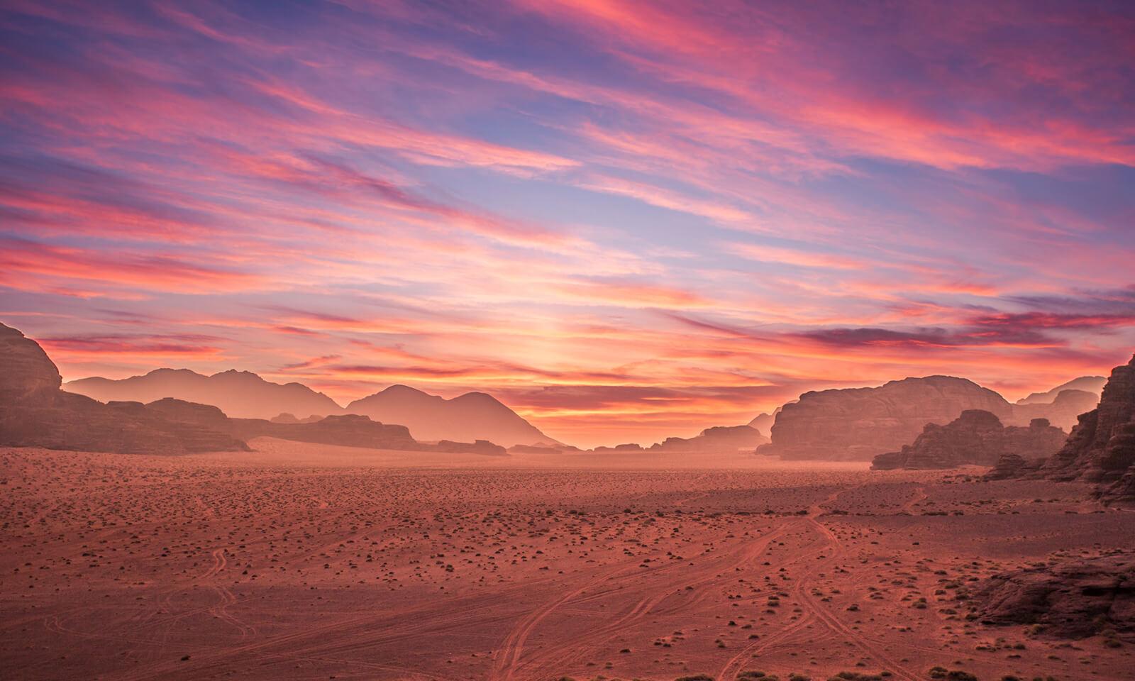 Poušť Wadi Rum během západu slunce.