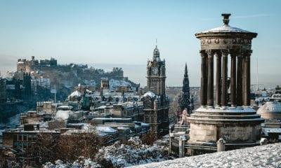 Pohled na zimní Edinburgh