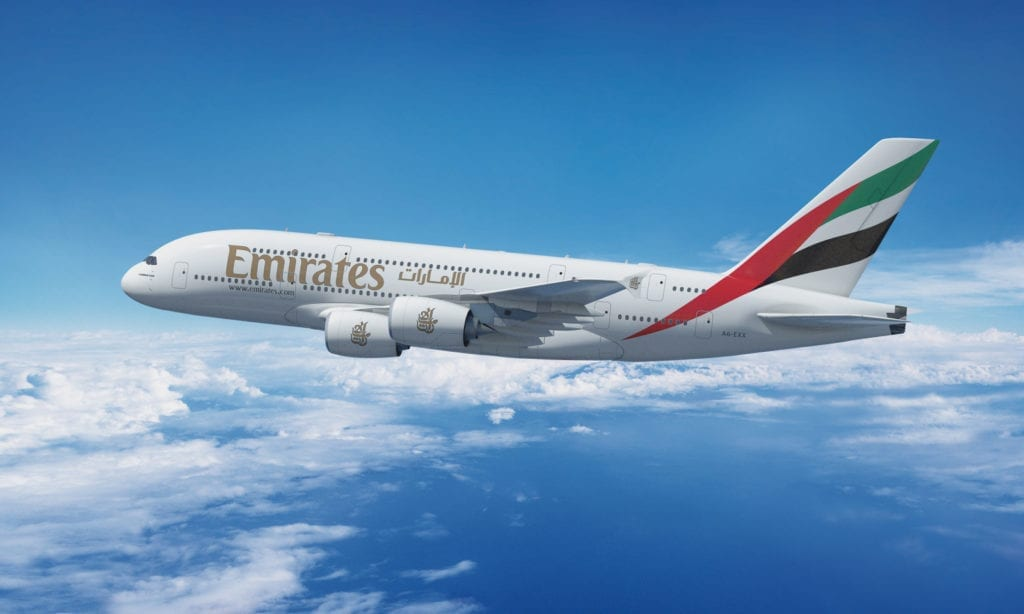 Letadlo v Emirates v oblacích