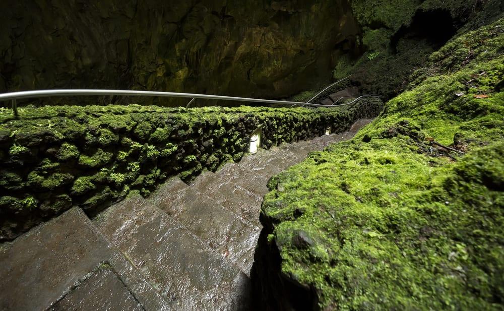 Sopečný komín Algar do Carvao na  portugalských Azorských ostrovech