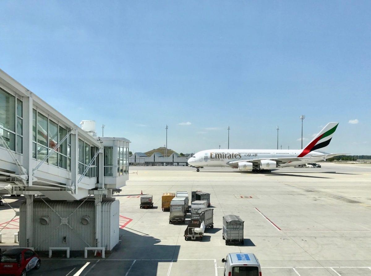 Letadlo společnosti Emirates na dráze