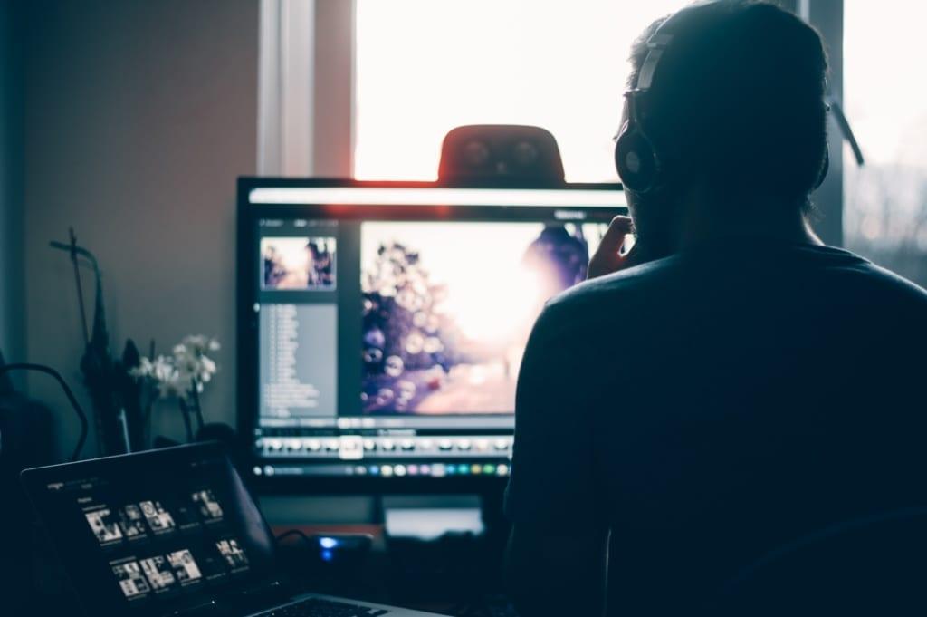 Člověk u počítače upravující fotky