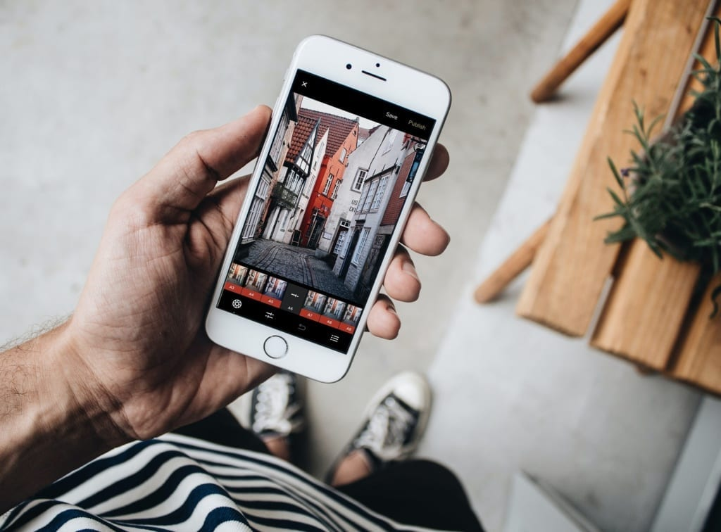 Pohled na mobilní telefon, ve kterém jsou upravovány fotky